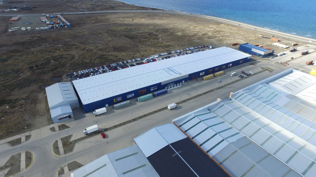 Warehouse and showroom building features roof and wall panels, located in Punta Areas, Chile