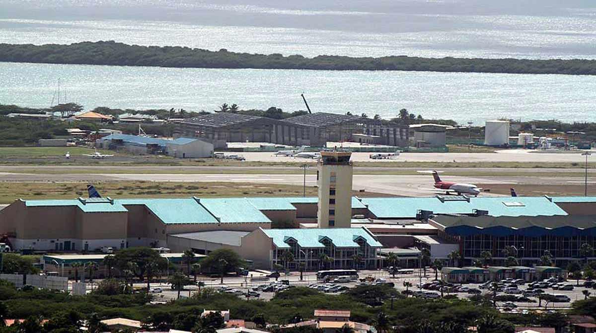 aviation_building_reina_beatrix_airport_hangar